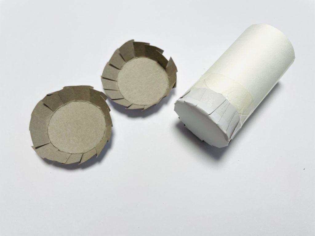 トイレットペーパーの芯の底に被せてテープを張る