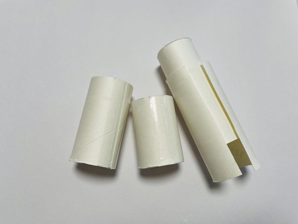 トイレットペーパーの芯2本を重ねてテープ止め