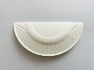 ①紙皿を半分に折る。