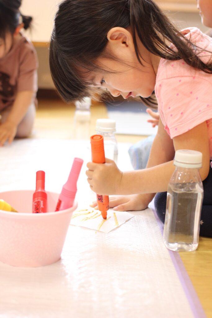 水性ペンで色水を作ろう