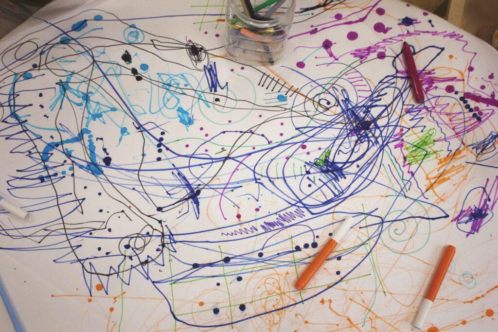 子どもが自由に線を描いた画用紙